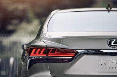 Lexus-LS-atomic-silver-overlay-1204x677-LEX-LSG-MY18-0057-01