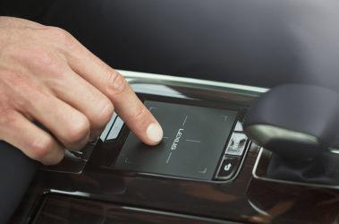 Lexus-LS-remote-touchpad-overlay-1204x677-LEX-LSH-MY18-0093-d