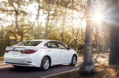 Lexus-ES-hybrid-eminent-white-pearl-gallery-overlay-1204x677-LEX-ESH-MY16-001501